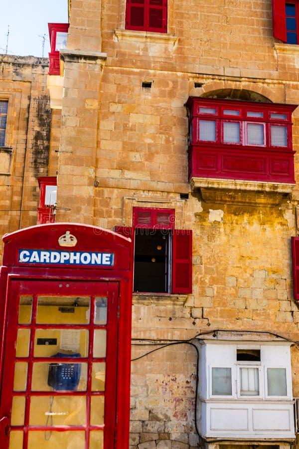 Cabine téléphonique britannique de cru rouge dans la ville antique de La Valette photo libre de droits