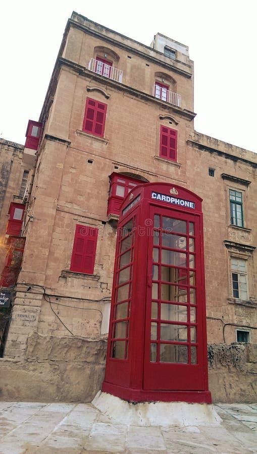 Cabine téléphonique dans la ville de La Valette photos stock