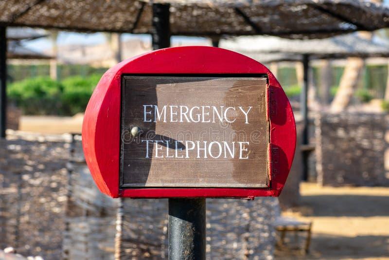 Cabine téléphonique de téléphone d'urgence à la plage photo libre de droits