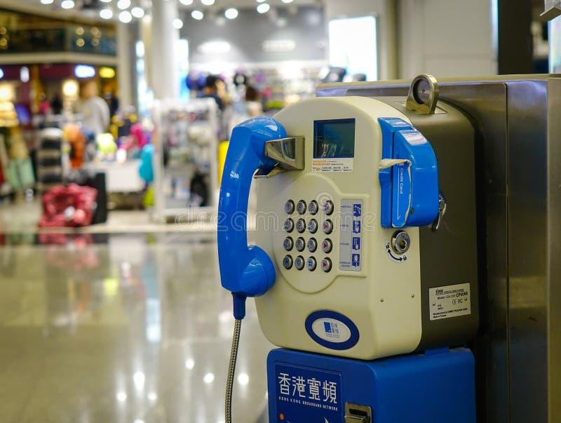 Cabine téléphonique fixe publique à l'aéroport photos stock