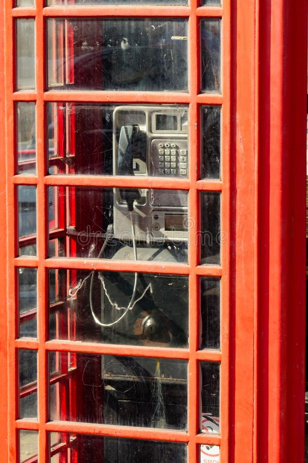 Cabine téléphonique publique iconique photos stock