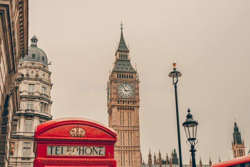 Cabine téléphonique rouge et Big Ben à Londres images libres de droits