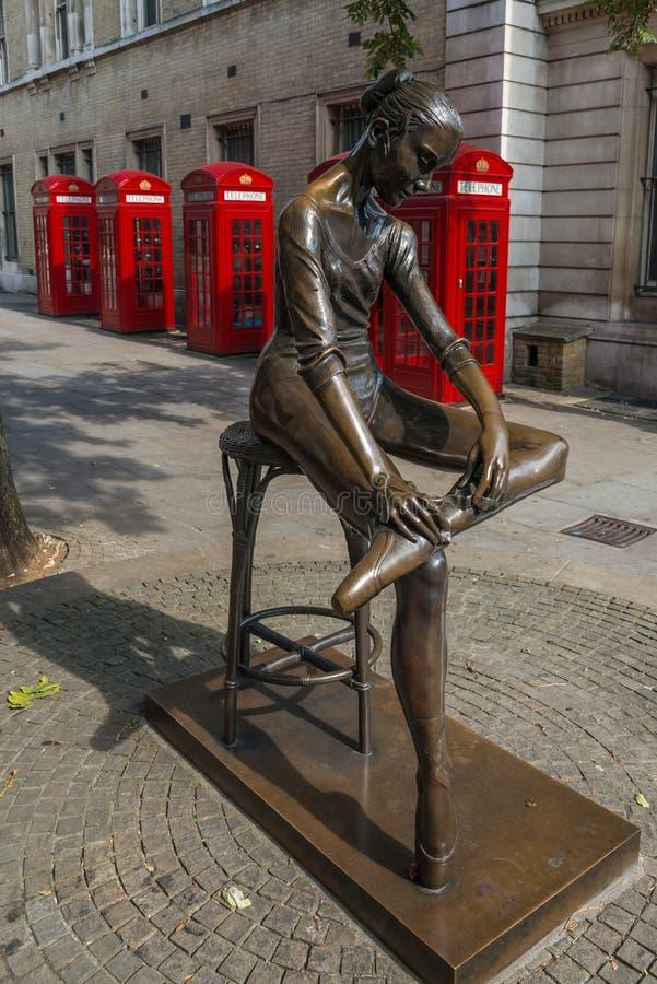 Cabine telefoniche e statua di Londra fotografia stock