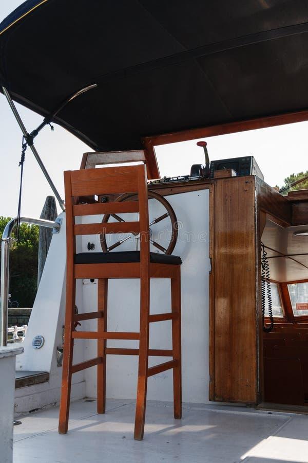 Cabine um barco da excursão foto de stock
