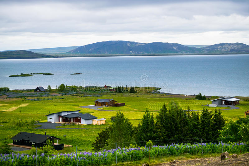 Cabines aan de kant van een meer dichtbij het Nationale Park van Thingvellir, IJsland royalty-vrije stock fotografie