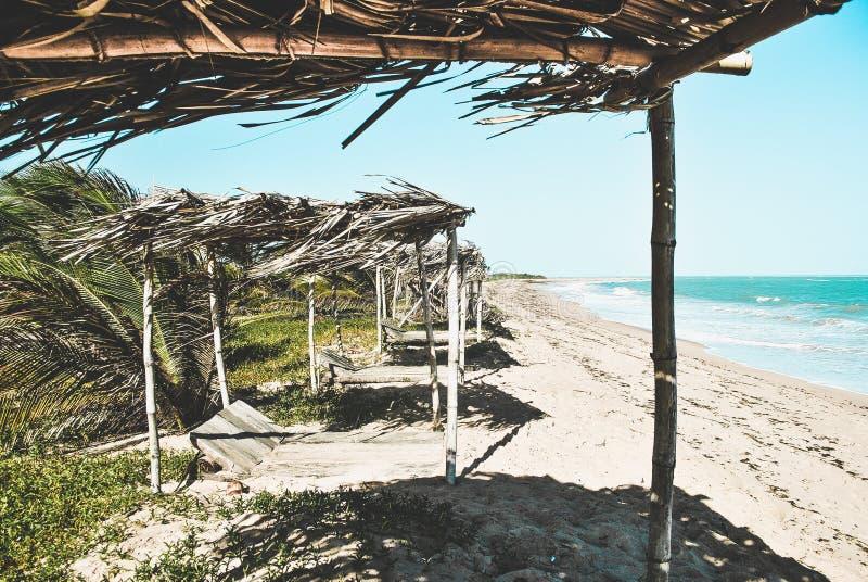 Cabines abandonadas na praia imagem de stock