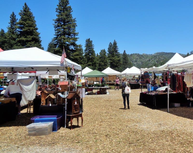 Cabines d'affichage à un marché d'agriculteurs, ressorts fonctionnants, CA, San Bernardino Mountains, Etats-Unis 2 photographie stock libre de droits