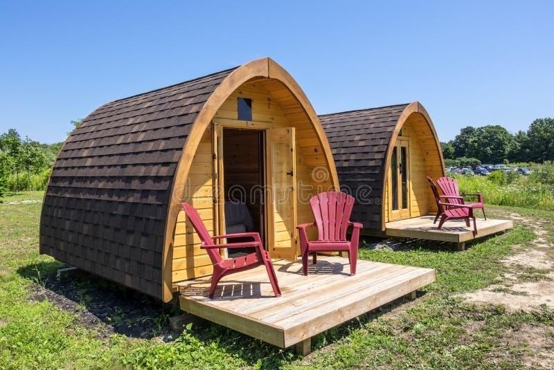 Cabines de madeira pequenas em um local de acampamento imagens de stock