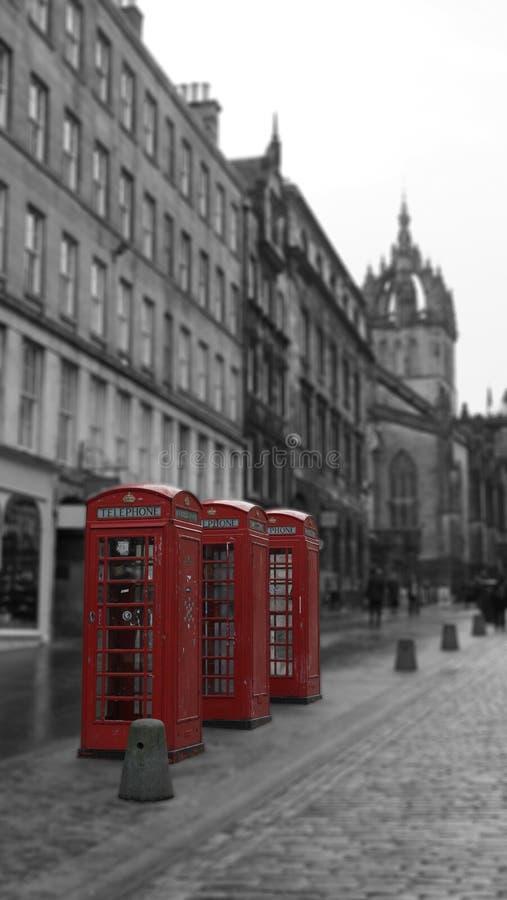 Cabines de téléphone britanniques sur la rue royale de mille à Edimbourg, Ecosse photo stock