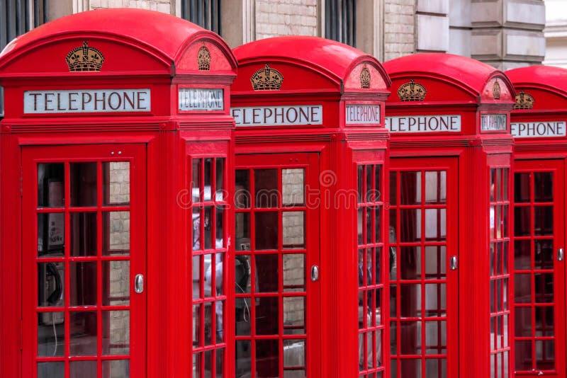 Cabines de telefone vermelhas famosas na rua do jardim de Covent, Londres, Inglaterra fotos de stock royalty free
