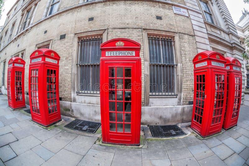 Cabines de telefone vermelhas famosas na rua do jardim de Covent, Londres, Inglaterra fotografia de stock royalty free