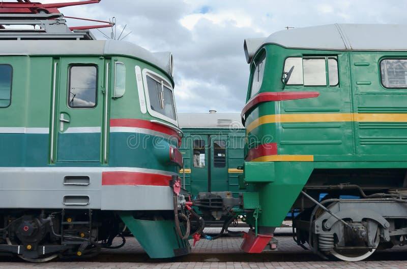 Cabines des trains électriques russes modernes La vue de côté des têtes du chemin de fer s'exerce avec beaucoup de roues et fenêt photographie stock