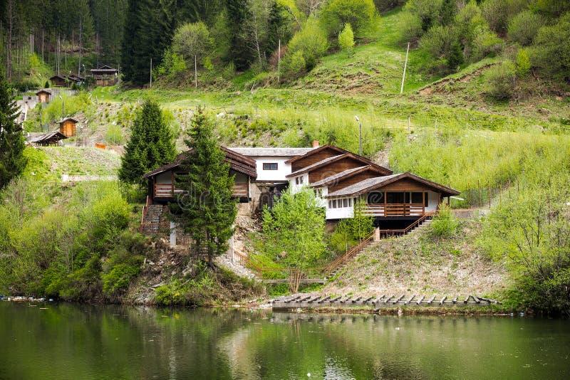 Cabines dichtbij een bergmeer stock afbeelding