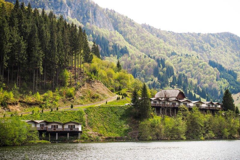 Cabines dichtbij een bergmeer royalty-vrije stock afbeeldingen