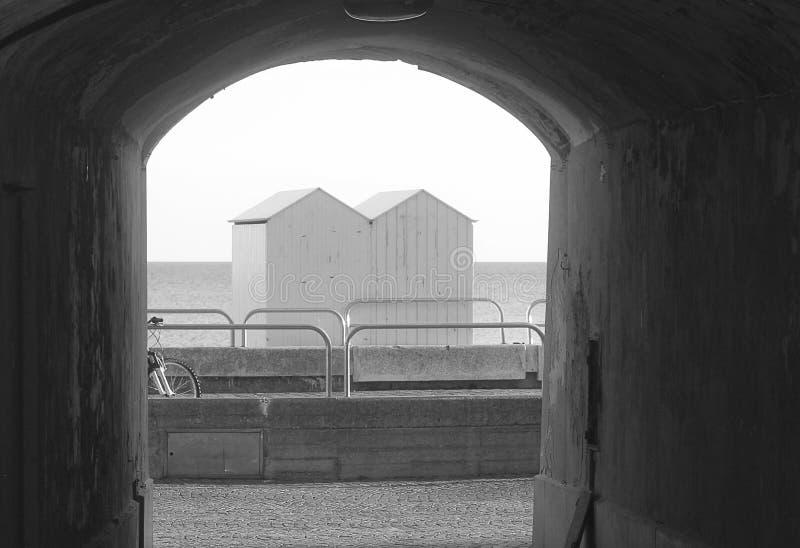 Cabines do mar vistas através de uma passagem subterrânea fotografia de stock