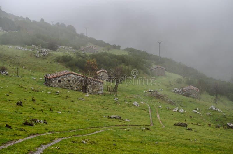 Cabines en pierre typiques par jour brumeux de la montagne au repérage de Riaño image libre de droits