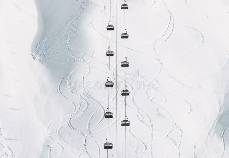 Cabines mínimas do cabo do teleférico do estilo da paisagem do inverno e montanha nevado imagens de stock