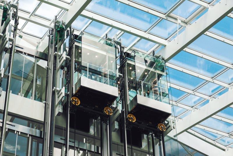Cabines modernas do vidro do elevador foto de stock