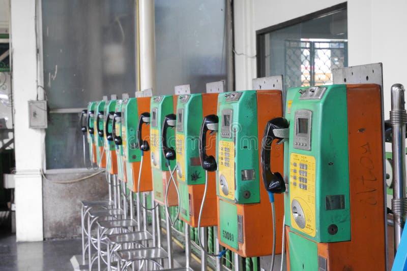 Cabines téléphoniques à la gare ferroviaire centrale historique de Bangkok photos libres de droits