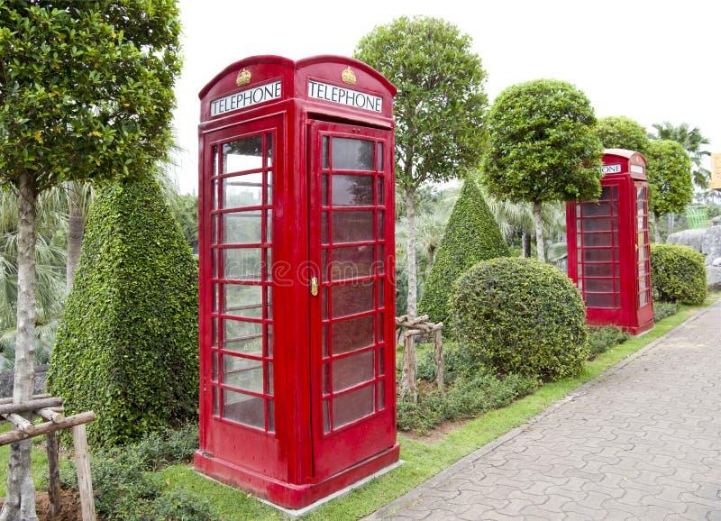 Cabines téléphoniques anglaises en parc de Madame Nong Nooch photos libres de droits
