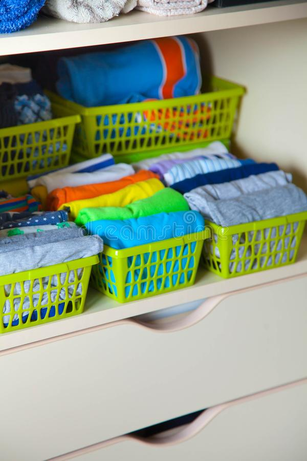 Cabinet avec des choses du ` s d'enfants Stockage des vêtements du ` s d'enfants photo libre de droits