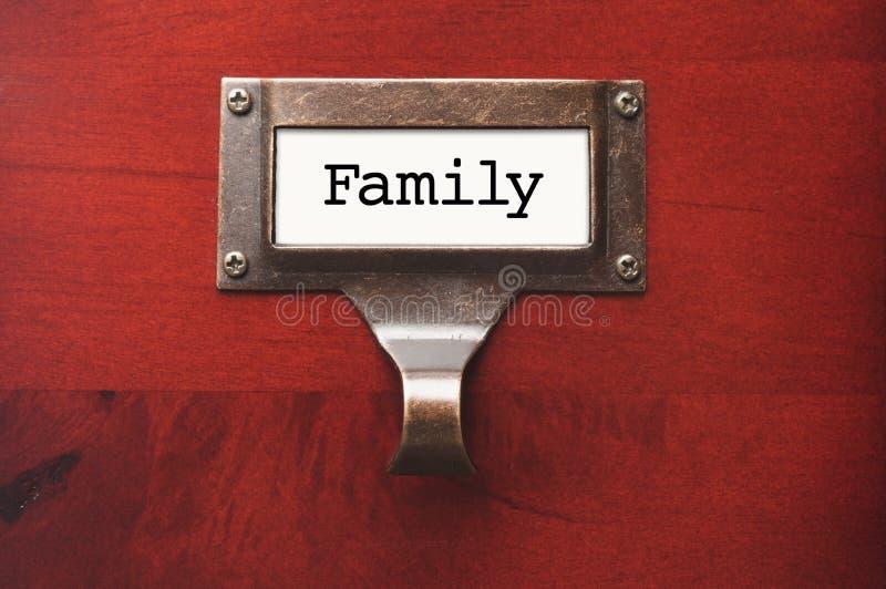 Cabinet en bois brillant avec le label de dossier de famille photographie stock libre de droits