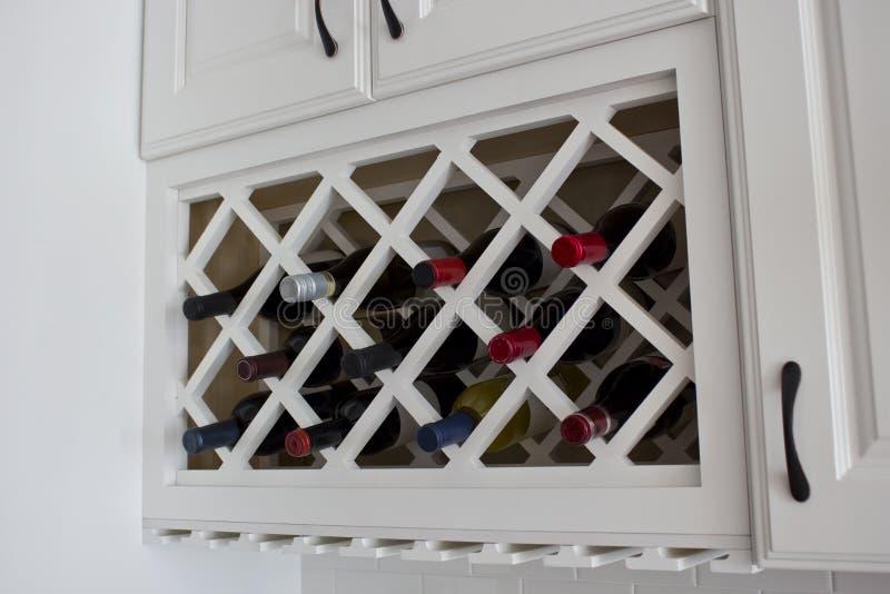 Cabinet intégré blanc de support de vin photo stock