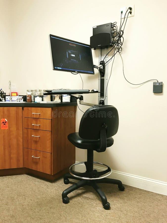 Cabinet médical d'examen d'hospitalisé de base de données de dossier santé d'ordinateur de technologie photos stock