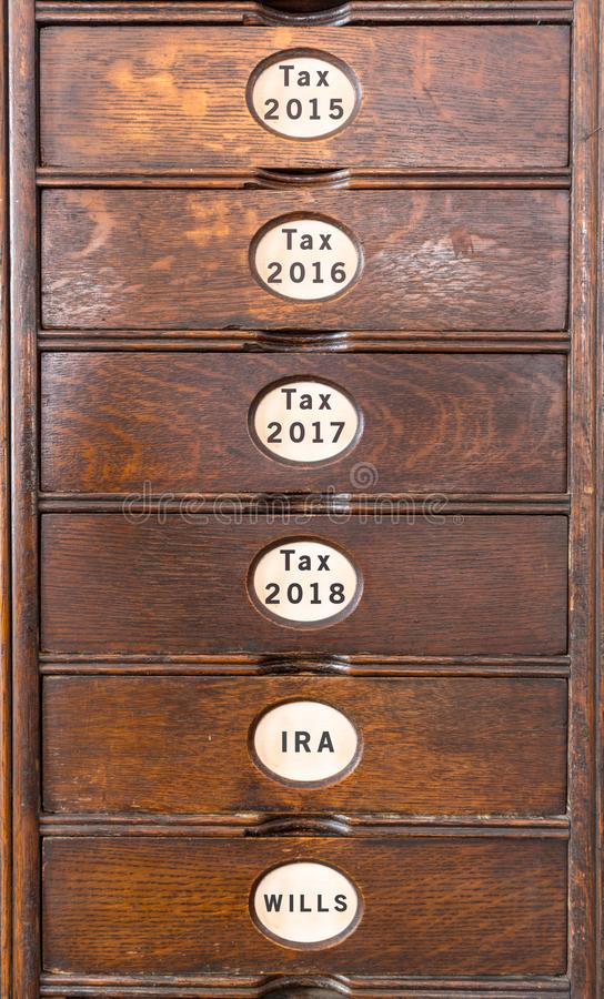 Cabinete de archivo de madera viejo con los cajones de madera fotografía de archivo