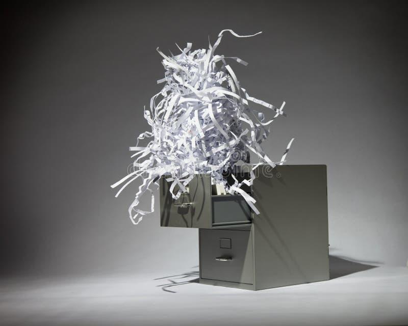 Cabinete de archivo y papel destrozado imágenes de archivo libres de regalías
