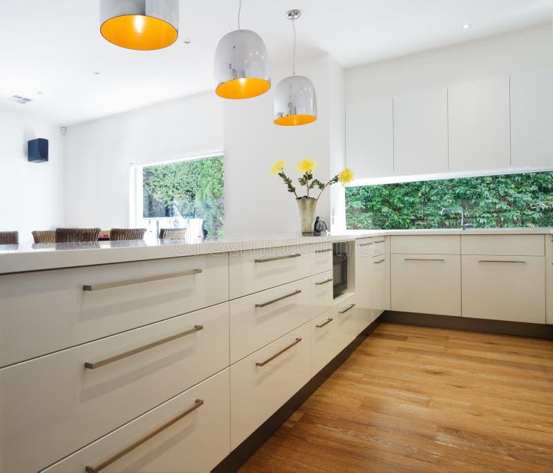Cabinetryfächer in einer neuen zeitgenössischen weißen Küchenerneuerung lizenzfreie stockfotos