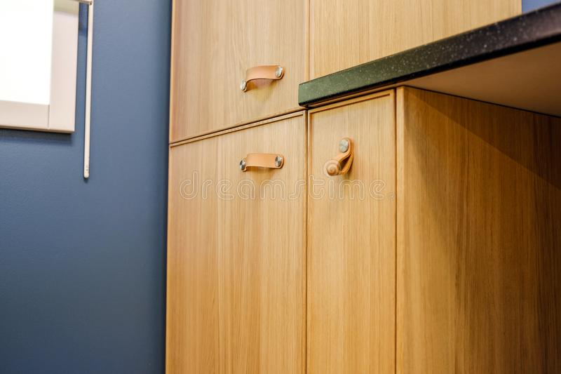 Cabinets avec des dossiers dans un bureau moderne image stock