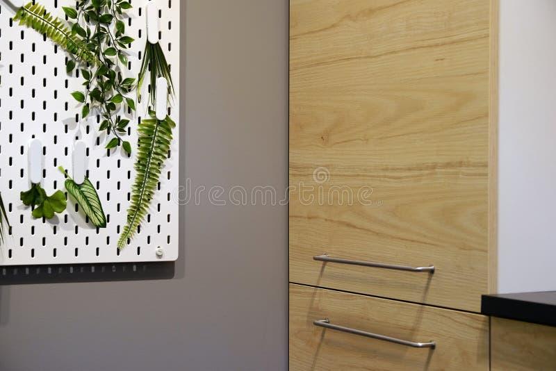 Cabinets avec des dossiers dans un bureau moderne photo libre de droits