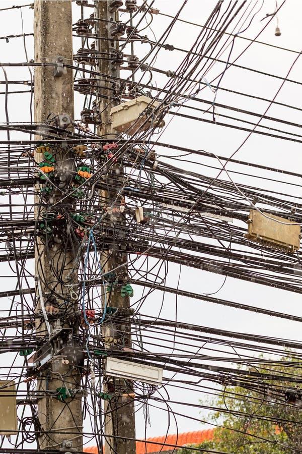 Cablaggio complicato del palo verticale della via del modello tradizionale di ordine caotico elettrico del collegamento di cavi d fotografia stock