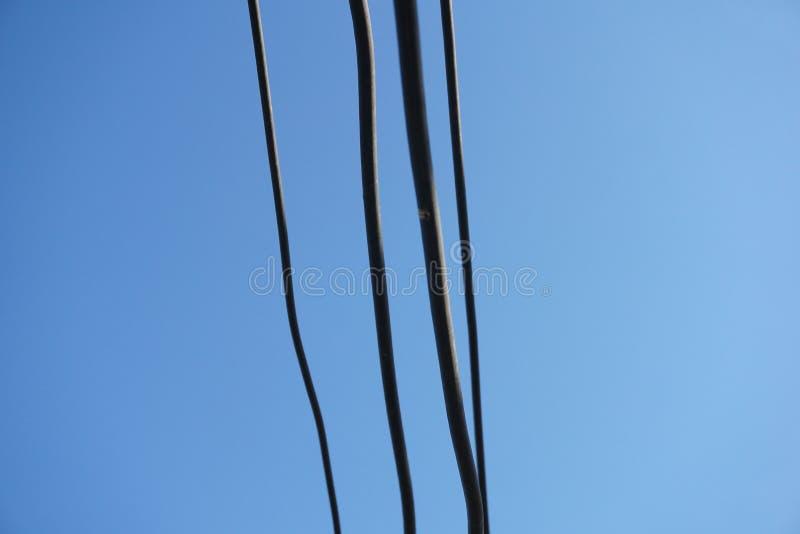 Cable de alambre en el cielo azul fotos de archivo