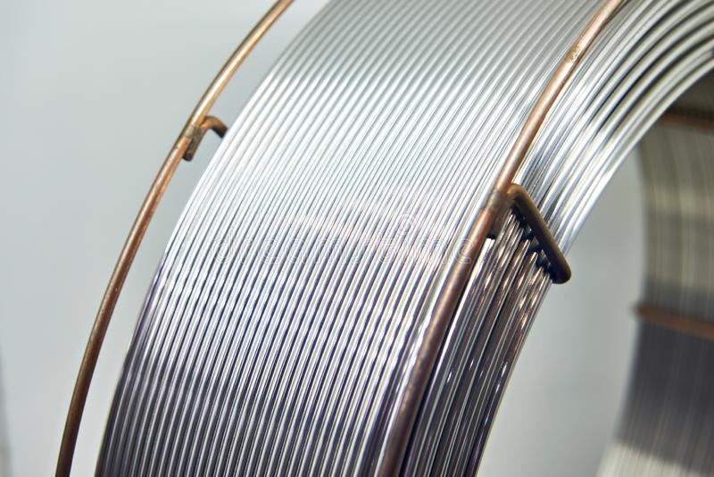 Cable de aluminio en bobina imagenes de archivo