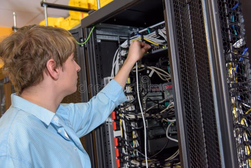 Cable de conexión de la red del encargado de Datacenter fotografía de archivo