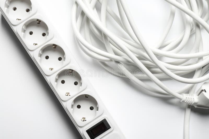 Cable de extensión en el fondo blanco, visión superior fotos de archivo
