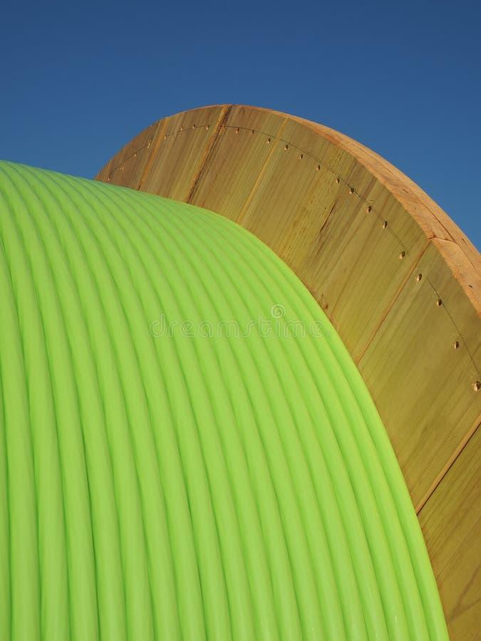 Cable de fribra óptica verde en un tambor de la madera imágenes de archivo libres de regalías
