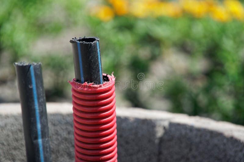 Cable de la comunicación al aire libre, poniendo un cable de fribra óptica para Internet rápido foto de archivo