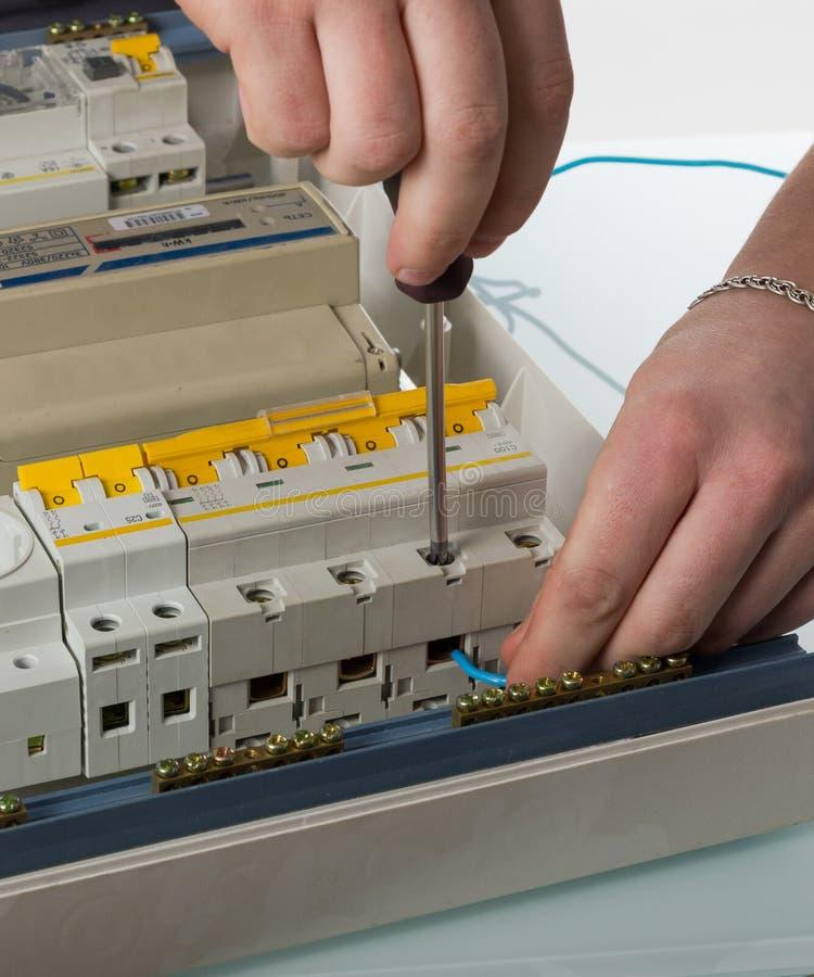 Cable de la fijación del electricista en caja eléctrica nacional imagenes de archivo