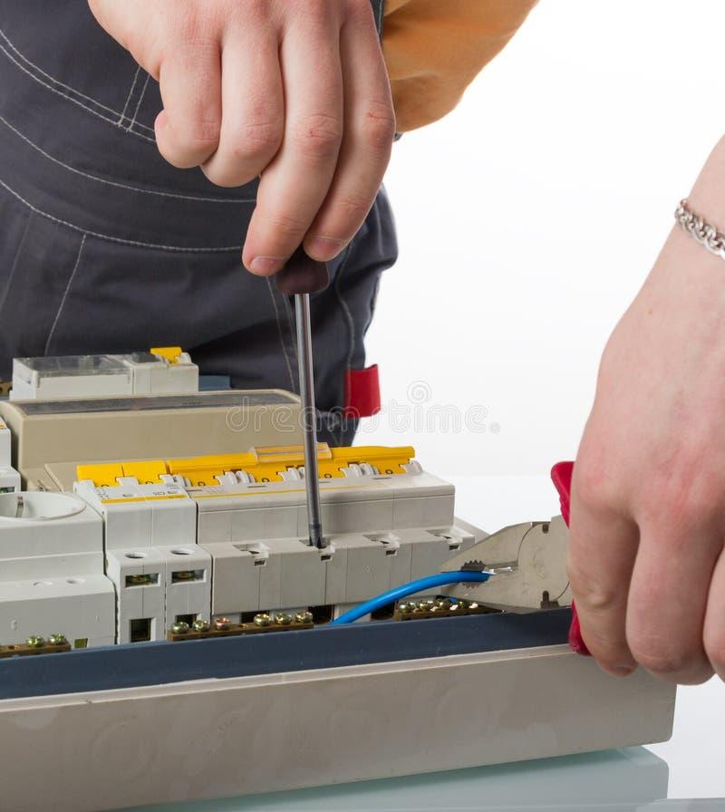 Cable de la fijación del electricista en caja eléctrica nacional foto de archivo libre de regalías