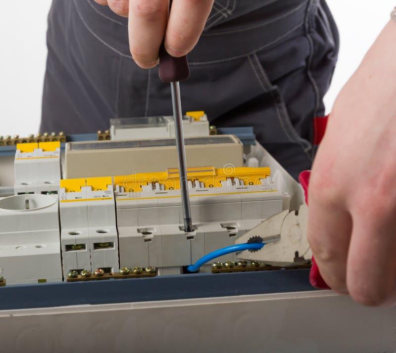 Cable de la fijación del electricista en caja eléctrica nacional imágenes de archivo libres de regalías