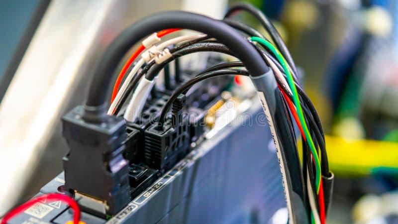 Cableado eléctrico con el instrumento de la tecnología fotos de archivo libres de regalías