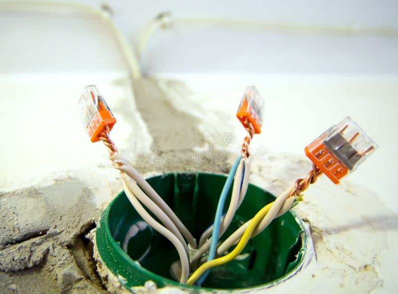 Cableado eléctrico en la caja del contacto con los bloques de terminales imagenes de archivo