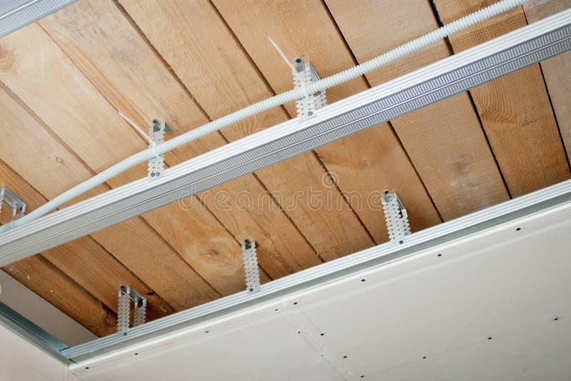 Cableado eléctrico instalado en el techo imágenes de archivo libres de regalías
