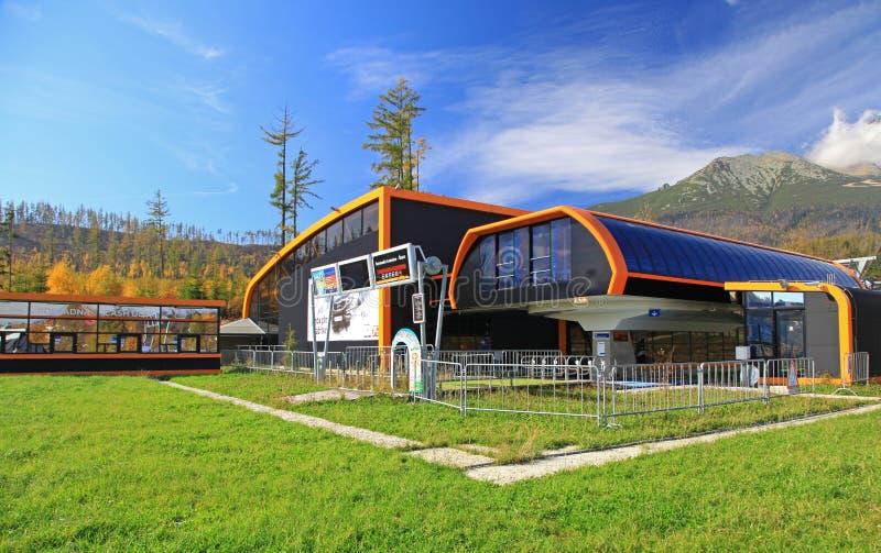 Cablecarril anaranjado moderno en Eslovaquia fotos de archivo
