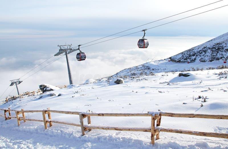 Cablecarril moderno en la estación de esquí Tatranska Lomnica, Eslovaquia fotos de archivo libres de regalías