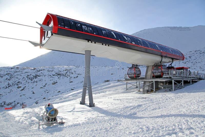 Cablecarril moderno en la estación de esquí Tatranska Lomnica, Eslovaquia fotografía de archivo