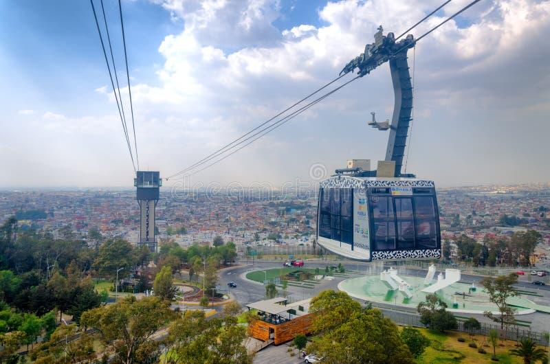 Cablecarril y ciudad de la opinión de Puebla foto de archivo